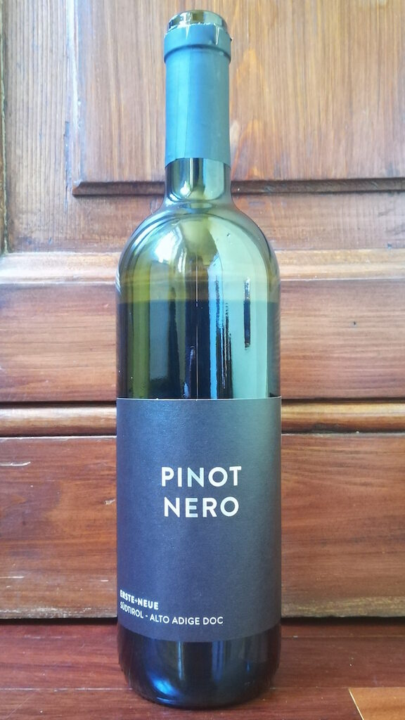 Recensione del vino Erste+Neue Pinot Nero 2018, prodotto giovane della cantina del Trentino Alto Adige, ottimo esempio di Pinot Nero vivace e fresco.