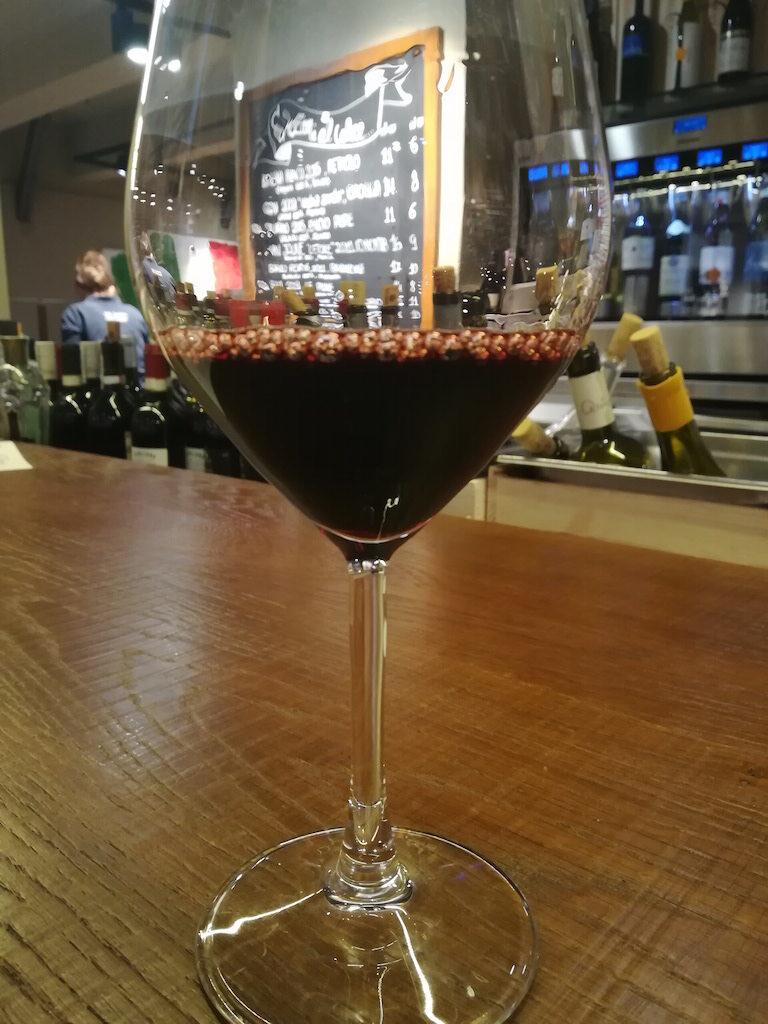 Report della mia visita presso Eataly Torino Lingotto, una grande enoteca sotterranea abbinata a un piccolo bistrò con molte etichette di vino disponibili.